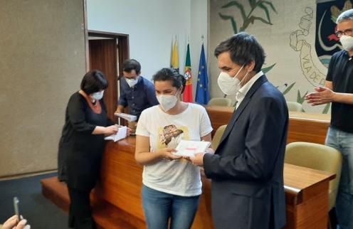 PAREDES DE COURA DISTRIBUIU VALES SOLIDÁRIOS AOS PROFISSIONAIS DA LINHA DA FRENTE CONTRA A COVID-19